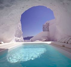 Here is some beautiful pictures of cave pool in one of hotel in Santorini, Greece. Amazing pool carved into the rock in Santorini. Katikies Hotel Santorini, Santorini Hotels, Santorini Greece, Santorini Island, Greece Hotels, Santorini Travel, Greece Resorts, Greece Sea, Dream Vacations