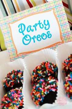 Party Oreos from Sweet Rose Studio: Oreos- Candy Melts- Sprinkles Dip Oreo in candy melt, Dip immediately in sprinkles, Place on wax sheet of paper until harden Just Desserts, Delicious Desserts, Dessert Recipes, Cupcakes, Cupcake Cakes, Cupcake Party, Cakepops, Oreo Truffles Recipe, Oreo Recipe