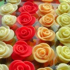 Masa cukrowa na ozdoby do torta.Można z niej robić różyczki,listki,wykrawać różne figurki.