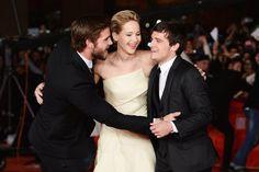 Pin for Later: Joyeux National Hugging Day! Liam Hemsworth, Josh Hutcherson, et Jennifer Lawrence