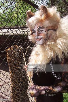 Rum Tum Tugger Vom Musical Cats Besucht Leopardenkind Im Tierpark... News Photo | Getty Images