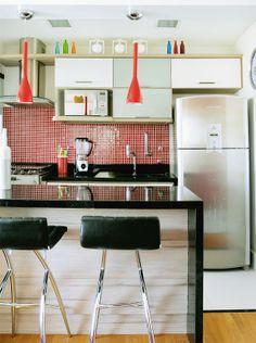 A parede da cozinha foi removida, dando lugar a um armário de MDF e uma bancada de granito preto São Gabriel para refeições rápidas.