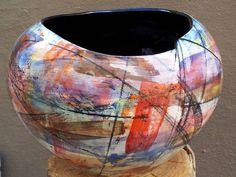 Florero redondo, hecho a mano, de cuello tan irregular como original. Pintado en el estilo expresionista, por Alex Idrovo.