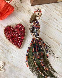 Доброго вечера! Хочу показать вам ещё одну расцветку павлина с более светлой грудкой и добавлен фиолетов с оранжевым.  И сердечко в классическом варианте❤️ Сердце доступно к заказу, 8500₽‼️ Павлины доступны к заказу, 7000₽💋 #брошьпавлин#брошьсердце#брошьптица#брошьручнойработы#katzukanova#модно#стильно#вышивка Bead Embroidery Tutorial, Bird Embroidery, Bead Embroidery Jewelry, Beaded Embroidery, Embroidery Designs, Fabric Beads, Beaded Animals, Beaded Brooch, Brooches Handmade