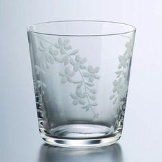 上品で優雅なデザインが、注いだ飲み物を美しく引き立てます。【江戸硝子 花切子しだれ桜オールド】