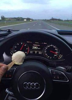 Auf der Autobahn so schnell fahren, wie du willst.