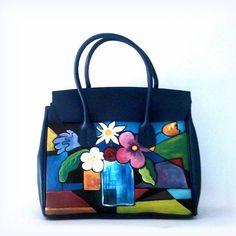 Borsa in pelle dipinta a mano, CASSANDRA, maxy bag dipinta con motivo floreale astratto misto a cubismo. Allegri fiori in vaso spiccano nei loro colori che fanno da contrasto al fondo blu scuro della borsa. #borsedipinte #borsedipinteamano #accessoridipinti #modaitaliana #pittura #aspassoconlarte #arteaddosso