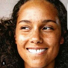 Alicia Keys Looks Unreal In This Stunning No-Makeup Photo Pretty People, Beautiful People, Christina Milian, Photo Makeup, Picture Makeup, We Are The World, Without Makeup, Celebrity Makeup, Belleza Natural