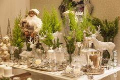 Mesa de Natal com renas e pinheiros, em prata e verde! Arrumação de mesa bar para receber.