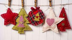 Adornos de tela navideños Christmas Crafts To Sell, Crochet Christmas Decorations, Christmas Ornaments To Make, Christmas Sewing, Christmas Gift Tags, Handmade Christmas, Holiday Crafts, Christmas Diy, Fabric Ornaments
