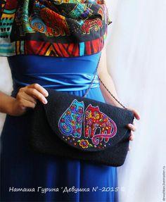 Я рада представить вам небольшой мастер-класс по созданию рисунка в технике сухого валяния.Приглашаю вас создать необычный узор в стиле Лорел Берч на клатче или сумочке в технике фильцевания. Лорел Берч — удивительная американская художница и дизайнер с яркой и необычной творческой судьбой. Кажется, что её работы светятся всеми цветами радуги, они просто излучают позитив и радость жизни.
