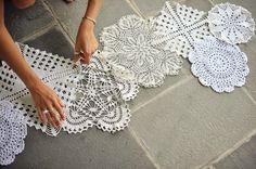 Diy wedding centerpieces 134474738843030139 - Doily Table Runner DIY Source by ohdarlingdays Doilies Crafts, Lace Doilies, Diy Lace Table Runner, Diy Table, Lace Runner, Cake Table, Doily Art, Decoration Evenementielle, Table Decorations