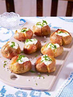 Kleine Ofenkartoffeln mit Creme fraîche und Schnittlauch