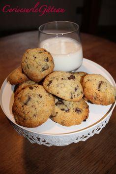 Ingrédients : - 125g de beurre mou - 75g de sucre roux - 40g de sucre en poudre - 1 œuf - 1 c. à soupe de lait - 200g de farine - 1 c. à café de levure chimique - 1 c.à café d'extrait de vanille - 200g de chocolat noir (soit une tablette que vous aurez...