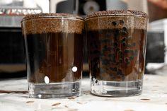 На поверхности стаканов образуется