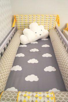 Quarto de bebê com lençol de nuvem e almofada de nuvem. Lençol com estampa personalizada . - Baby bedroom decor with cloud pillows and cloud sheets.