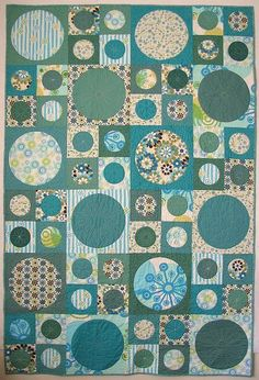 No tutorial but it could be made with charm squares and the layer cake squares and then just figure out the dimensions on your own Circle Quilt Patterns, Applique Quilt Patterns, Pattern Blocks, Circle Quilts, Quilt Top, Quilt Blocks, Circle Pattern, American Patchwork And Quilting, Modern Quilting