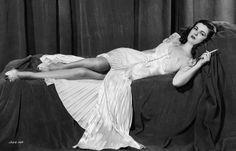 Joan Bennett in Scarlett Street dir: Fritz Lang) Constance Bennett, Joan Bennett, Ronald Colman, Sad Movies, Saddest Movies, Fritz Lang, Becoming An Actress, American Actress, Scarlet