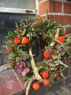 Happy Autumn, We deliver this beautiful wreath freshly bound to you … – Herbst – Wreaths Diy Fall Wreath, Fall Wreaths, Christmas Wreaths, Fall Planters, Flower Planters, Diy Crafts To Do, Fall Crafts, Easy Halloween Decorations, Decoration Table