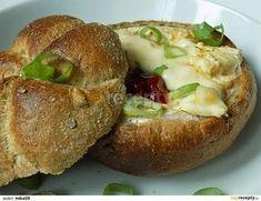 Z kaiserky odkrojíme vršek a vydlabeme ji. Dovnitř vložíme sýr a napícháme ho klínky česneku. Sýr lehce potřeme olejem a posypeme kořením.... Bon Appetit, Baked Potato, Ham, Sandwiches, Tofu, Good Food, Food And Drink, Appetizers, Bread