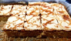 Jablkový koláč s mascarpone a slaným karamelom Cupcake Cakes, Cupcakes, Sponge Cake, Apple Pie, Deserts, Food And Drink, Nice, Basket, Mascarpone