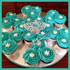 Today& cupcake cake is for my daughter& best friend& Frozen themed birthday party. Snowflake shaped cupcake cake with white fondant snowf. Frozen Birthday Cupcakes, Frozen Cupcake Cake, Pull Apart Cupcake Cake, Pull Apart Cake, Frozen Themed Birthday Party, Frozen Party, Christmas Cupcakes, Cupcake Cakes, Birthday Parties