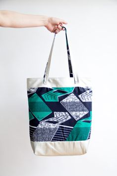Shopper from african Waxprint and silver faux leather - DIY sewing tutorial here: https://www.pattydoo.de/blog/2013/02/pimp-my-wendy/