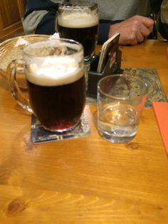 En mörk öl Kozel.