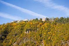 L`abitato di Ocosce sorge sul bordo orientale dell`altopiano omonimo che incombe su Cascia e sulla sottostante Valle del Fiume Corno, lungo un antico itinerario romano che da Cascia raggiungeva Monteleone di Spoleto (passando per Atino).