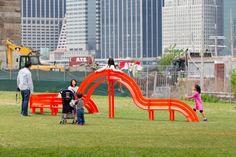 """6. Bancos pertencentes a uma série chamada """"Modified Social Benches"""" (bancos sociais modificados), criados com o objetivo de questionar a arquitetura, comunicação e comportamento social no espaço urbano. Desenvolvidos pelo artista Jeppe Hein."""
