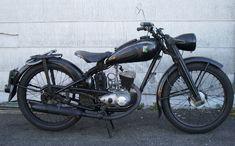 """DKW RT 125 W (1950) RT 125 (""""Reichstyp"""", aufgerundeter Hubraum 125 cm³) ist die Bezeichnung eines Motorrads mit Einzylinder-Zweitaktmotor, das unter der Marke DKW der Auto Union ab 1939 und nach dem Zweiten Weltkrieg bis 1965 auch von weiteren Herstellern gefertigt wurde. Die von Hermann Weber im DKW-Stammwerk Zschopau konstruierte RT 125 gilt als meistkopiertes Motorrad der Welt. Mit rund 450.000 Einheiten gilt sie als das in Deutschland meistgebaute Motorrad."""