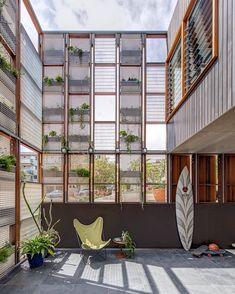 En esta casa ubicada en Sidney, Australia, el equipo de CplusC Architectural Workshop sacó lo mejor del estrecho terreno.