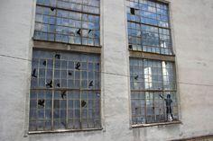 Arte de rua em vidros de janelas