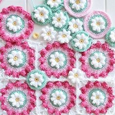 Daisy Wheel Granny square: Free pattern for crochet flower motifs. The round wheel is lovely just as it is. You can build up on them to form afghan squares.