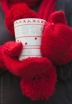 Person in red gloves holding a warm beverage in a white cup on a cold winter day Christmas Coffee, Winter Christmas, Christmas Time, Christmas Colors, Merry Christmas, Winter Love, Winter Day, Cozy Winter, Crismas Tree