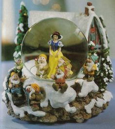 Disney Snowglobes Collectors Guide: Snow White Christmas Snowglobe