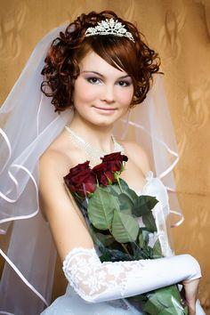 Brautfrisuren kurze haare mit schleier und diadem