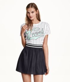 Check this out! Een korte, uitlopende rok van geweven kwaliteit met een brede, elastieken tailleband. Ongevoerd. – Ga naar hm.com om meer te bekijken.