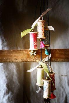 Je+vous+propose+de+réaliser+un+sautoir+et+un+collier+sur+le+thème+des+bobines+en+bois.+Tissu,+fil,+perles+et+pompons+viendront+customiser+ce+bijou.