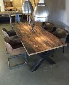 grosse auswahl an massivholz tischen im showroom in essen tisch aus alteichen wagenplanken in verschiedenen