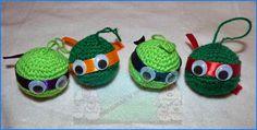 Hola a tod@s ¿qué tal estáis?.  Yo sigo con mi desafío amigurumi. Mirando en el pinterest ideas para la Navidad encontré bolas pintadas de d...