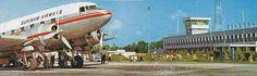 """""""Deze foto is door Ed Hogenboom genomen voor Prolasco Foto tussen 1972 en 1975 en verscheen op een briefkaart """"Groeten uit Suriname"""" samen met een foto van een binnenlandbewoner op een korjaal. Die briefkaart werd in 1975 uitgegeven door Sjiem Fat. Het vliegtuig op de foto is volgens mij waarmee de SLM samen met ALM en KLM de lijndienst Zanderij-Hato verzorgde, voor de periode waarin ze hun eigen vliegtuig kregen."""" -Ravin Raktoe-"""
