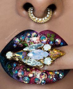 Glitter, glamour, strass - avec ce lipart vous brillez où que vous soyez. Lip Art, Lipstick Art, Lipstick Colors, Lip Colors, Blue Red Lipstick, Lipstick For Fair Skin, Maquillage Pin Up, Maquillage Halloween, Lipstick Designs