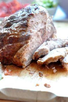 Nie boję się tego stwierdzenia! Upiekłam najlepszą porcję mięsa w życiu! Karkówka po prostu rozpływała się w ustach i to dosłownie! A wszystko dzięki małemu trikowi- pieczeniu długim (3 godziny) i w niskiej temperaturze (140 oC). Choć może się wydawać, że mięso przez ten czas wyschnie, nie ma się czego bać, przy takiej temperaturze piekarnika …
