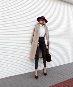 chapéu bordô, camisa branca, maxi casaco nude, skinny jeans preta, scarpin bordó. #winter #style #lookdodia #outfit