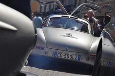 Mille Miglia 2012 — Tag 1: Brescia-Ferrara In Brescia glänzt kostbarstes historisches Rennblech um die Wette. Beeindruckende Namen: Bugatti, Maserati, Ferrari, Alfa Romeo, Jaguar, BMW und natürlich Mercedes-Benz. Es sind nur noch wenige Stunden bis 18. 30 Uhr: Unter der