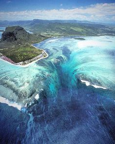 Mauritius island, the underwater waterfall!