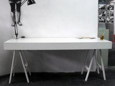 Mesa para estudio de edición. Realizada en melamina y caballetes con acabado sintético