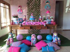 As bonecas de origem russa Matrioskas foram a inspiração para a festa de menina decorada pela La Belle Vie Eventos (labellevieeventos.com.br). Na parede de fundo, foram coladas bonecas feitas a partir de bastidores de bordado de dois tamanhos diferentes