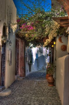 Out of this world Santorini Greece~little-streets-and-tiny-boutiques - Places In Greece, Greek Isles, Rooftop Bar, Santorini Greece, Out Of This World, Macedonia, Oh The Places You'll Go, Beautiful Places, Amazing Places